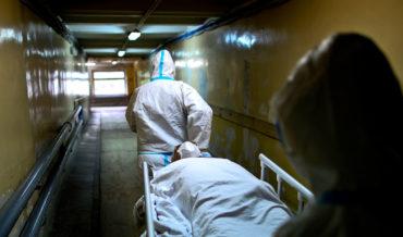 Минздрав и ФФОМС поручили страховым проводить экспертизу качества медпомощи в случае летального исхода при COVID-19